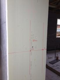 Pažymėta vieta durims, pragręžta skersai, kad durys būtų kuo labiau į lauką, iki betono 10cm